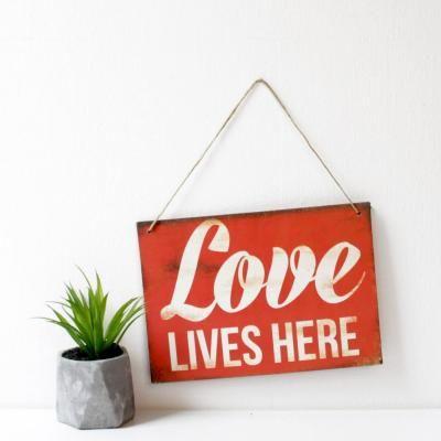 Akasztós táblakép - LOVE LIVES HERE