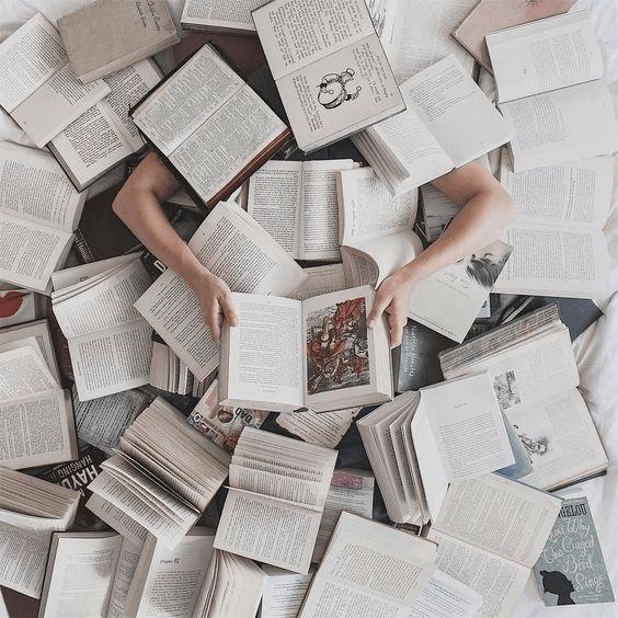 Könyvek temette ember