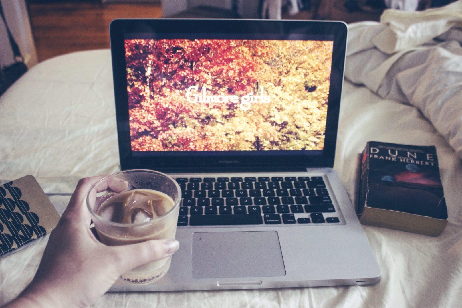 Film laptopon és kávé