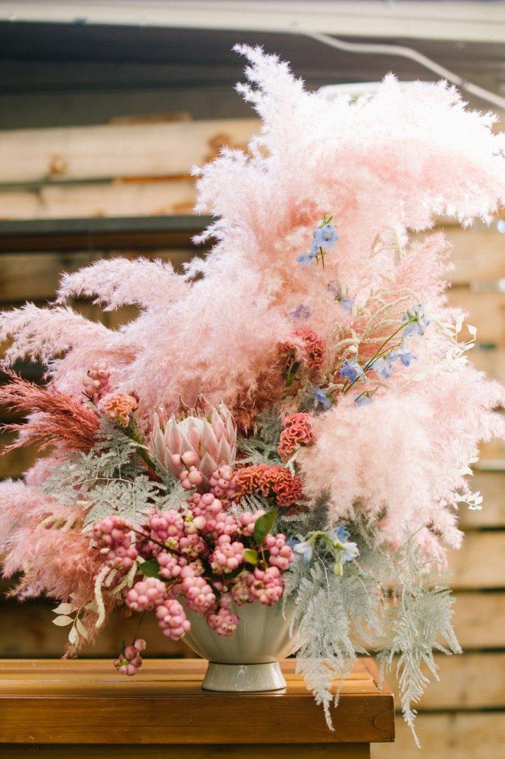 Rózsaszínre festett növénydekoráció
