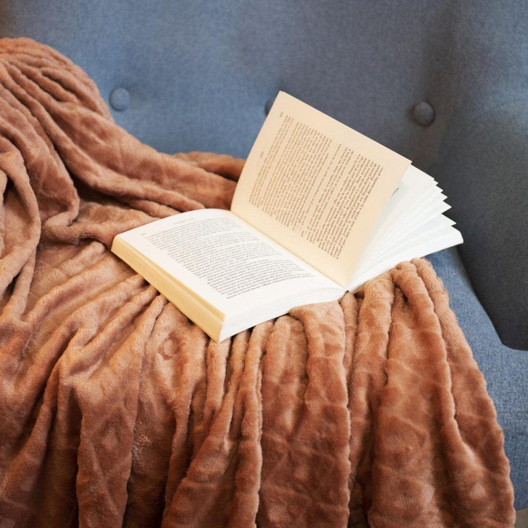 Könyv és őszi árnyalatú takaró